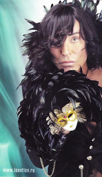 Фото №13 - Что висит в шкафу у звезд шоу-бизнеса: 15 необычных нарядов