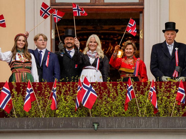 Фото №2 - Поездки на автобусе и серфинг на день рождения: как живет и на что тратит деньги самая скромная королевская семья Европы