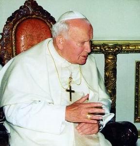 Фото №1 - Одежды Иоанна Павла II раздадут через Интернет