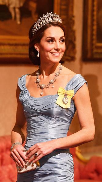 Фото №10 - Подражая Диане: культовые образы принцессы Уэльской, которые повторили Кейт и Меган
