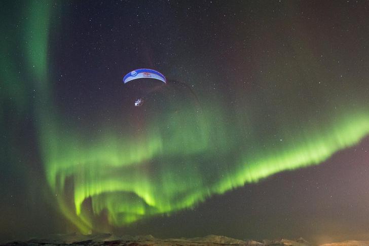 Фото №1 - Спортсмен пролетел на параплане «сквозь» северное сияние