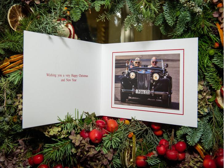 Фото №2 - Язык тела и не только: о чем говорит рождественская открытка Чарльза и Камиллы