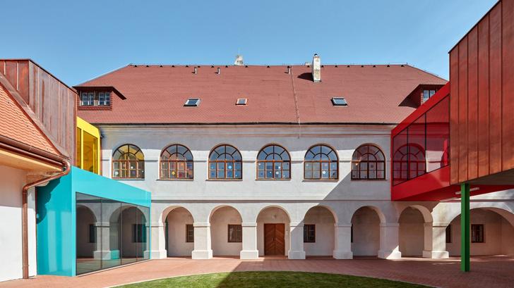 Фото №1 - Яркая школа в здании бывшей церкви в Чехии