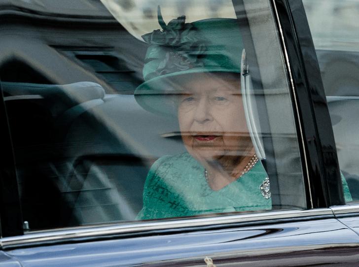 Фото №3 - Королева нарушила многолетнюю традицию (и собственные правила стиля)
