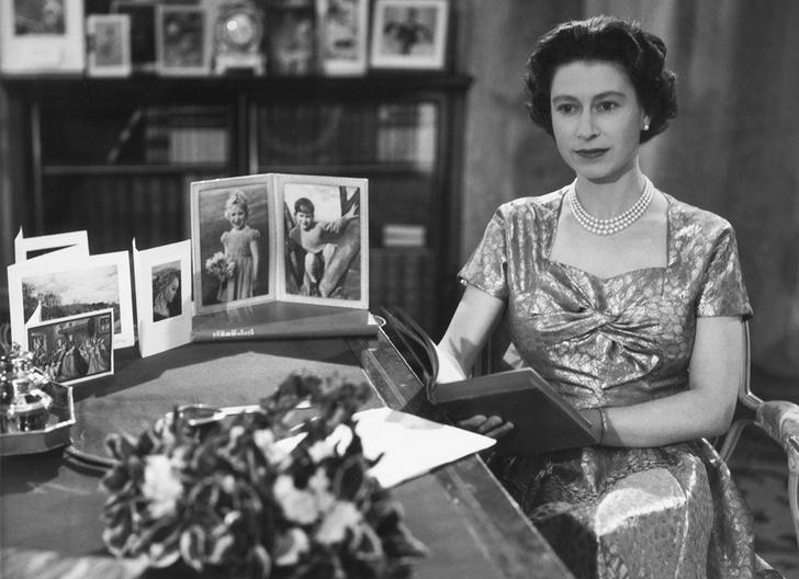 Фото №1 - Как первое рождественское телеобращение Елизаветы II навсегда изменило королевскую семью