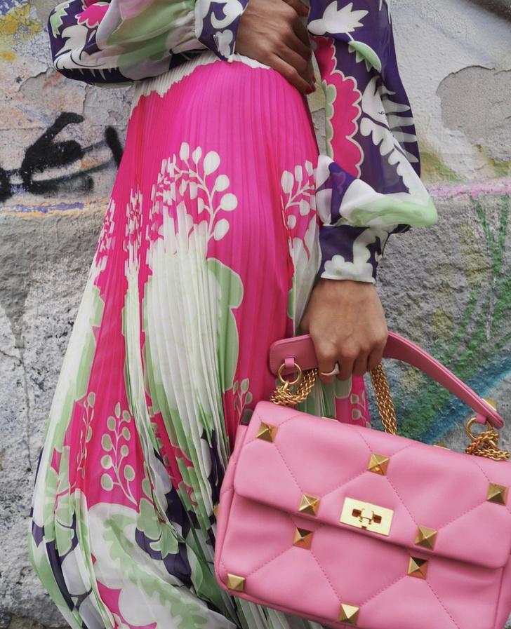 Фото №2 - Плиссированные цветы и самая красивая розовая сумка: итальянка Джильда Амбросио раскрашивает зиму