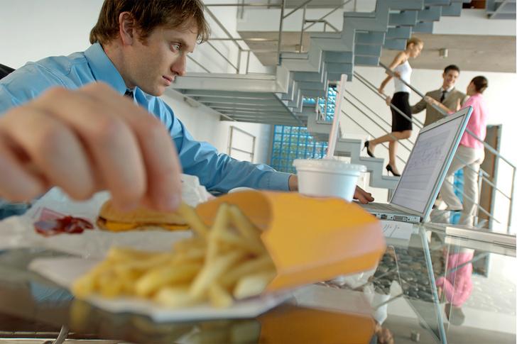 Фото №3 - «Еда для депрессии»: 5 продуктов, которые погрузят тебя в пучину отчаяния