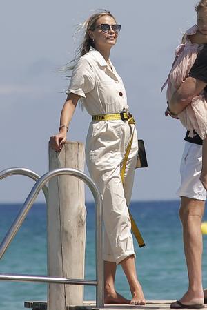 Фото №2 - Наташа Поли показывает, в чем подниматься на борт яхты