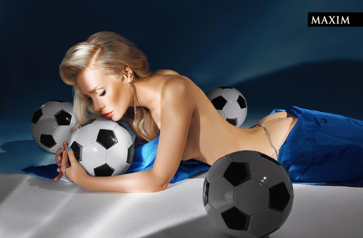 Фото №1 - Мячи мечты: фотосессия актрисы Валерии Шкирандо для MAXIM