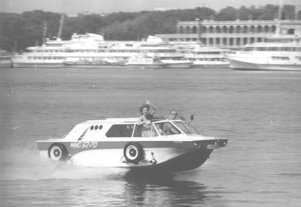 В водоплавающем режиме колеса и рычаги подвески «Тритона» поднимались наверх. Но при необходимости их можно было запросто снять и оставить на берегу.