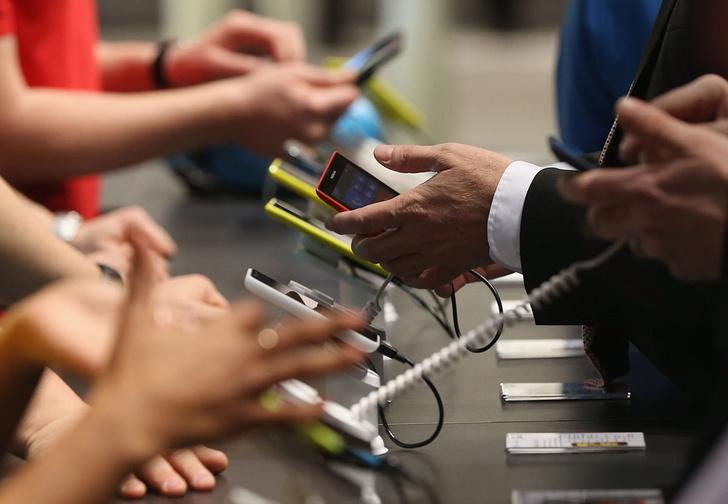 Фото №1 - СМИ: в дни выплаты путинских пособий на детей в стране резко подскочили продажи смартфонов