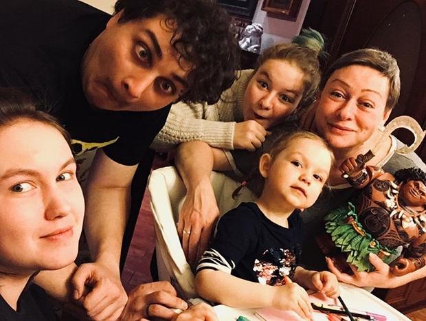 Фото №5 - Мария Аронова: «Важно, чтобы семья была полной, и сохранять ее для наших детей»