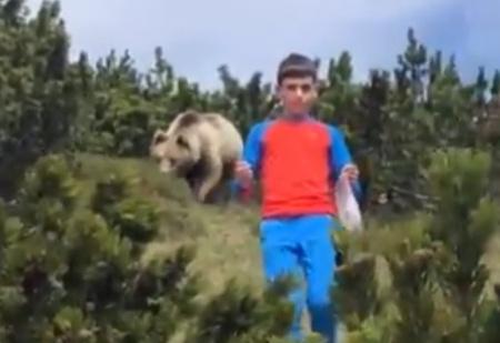 Спасение мальчика от преследовавшего его медведя попало на видео