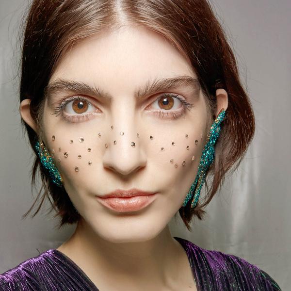 Фото №1 - Бьюти-тренд: клеим стразы и глиттер на лицо