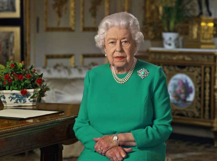 Фото №1 - Исторический момент: что нужно знать о новом обращении Королевы к британцам