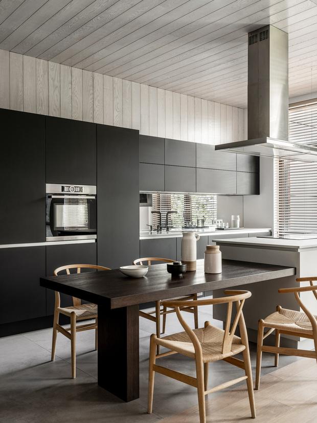 Кухня, Giulia Novars. Обеденный стол и остров, Alf Da Frè. Вытяжка, Falmec.
