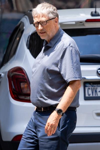 Фото №3 - Растолстел и зарос: как выглядит Билл Гейтс на прогулке с дочерью