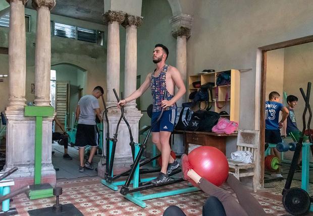 Фото №1 - Как тренироваться дома во время карантина: советы профессиональных тренеров