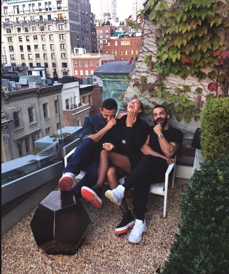 Фото №1 - С кем Ирина Шейк проводит время на крыше в Нью-Йорке?