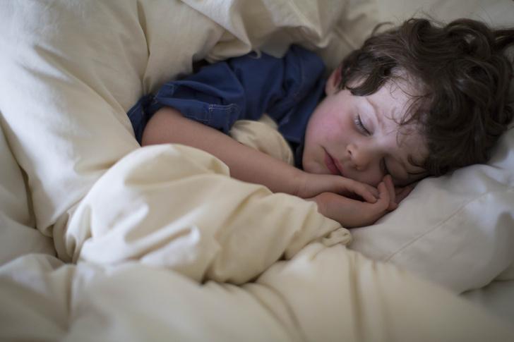 Фото №2 - Почему ребенок скрипит зубами во сне: 6 причин