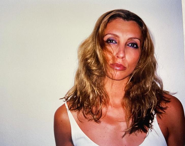 Фото №7 - Кожанка, фиолетовая помада, брови-ниточки: 7 «приветов» из 1990-х годов, которые Бондарчук пропагандирует сейчас