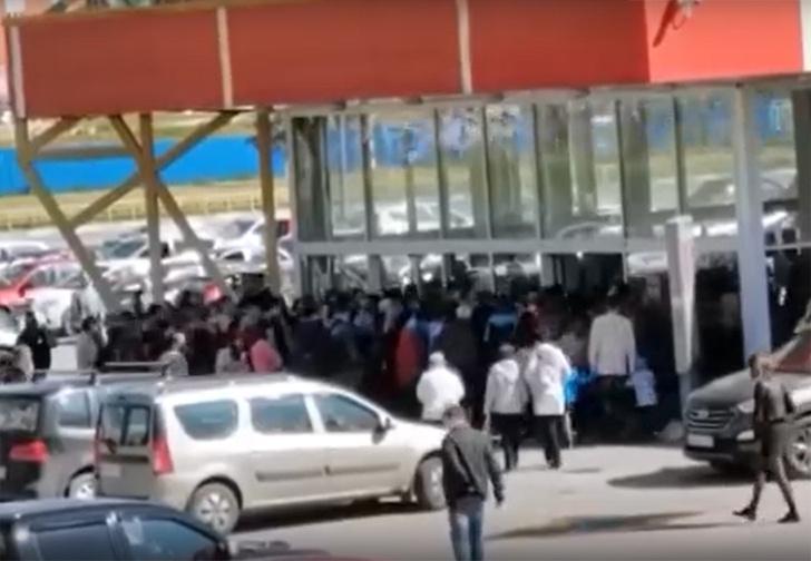 Фото №1 - В Дзержинске гипермаркет объявил распродажу, и его заполонили толпы людей, придя целыми семьями (видео)