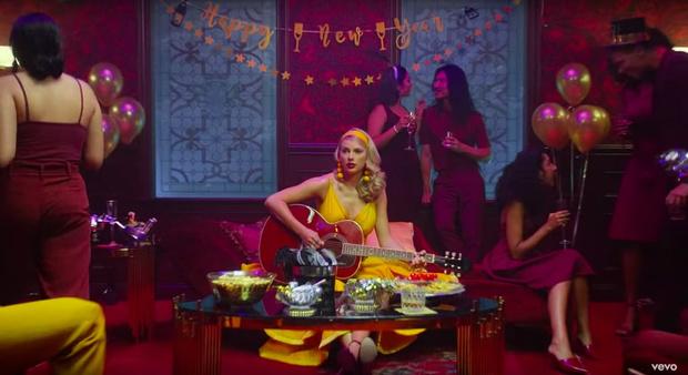 Фото №5 - 8 пасхалок в новом клипе Тейлор Свифт «Lover», которые ты не заметила