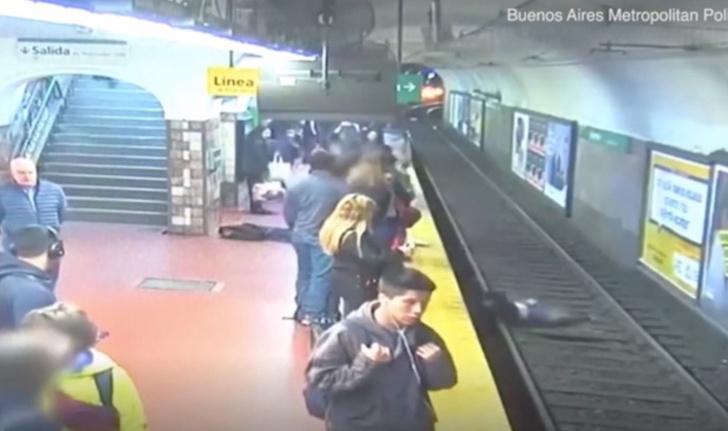 Фото №1 - Пассажир метро вдруг упал на шедшую мимо женщину и сбил ее под поезд. Ура, она спаслась (видео)