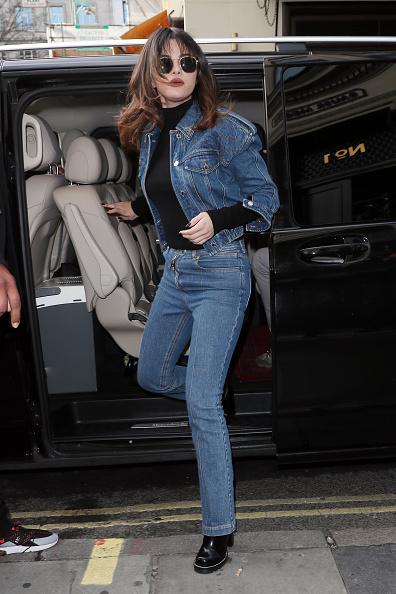 Фото №2 - Только джинсы: 3 стильных образа Селены Гомес, которые легко повторить
