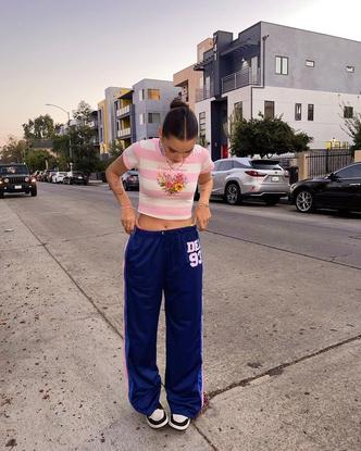 Фото №3 - Спортивные штаны в стиле 00-х снова в тренде: доказывает Ева Миллер