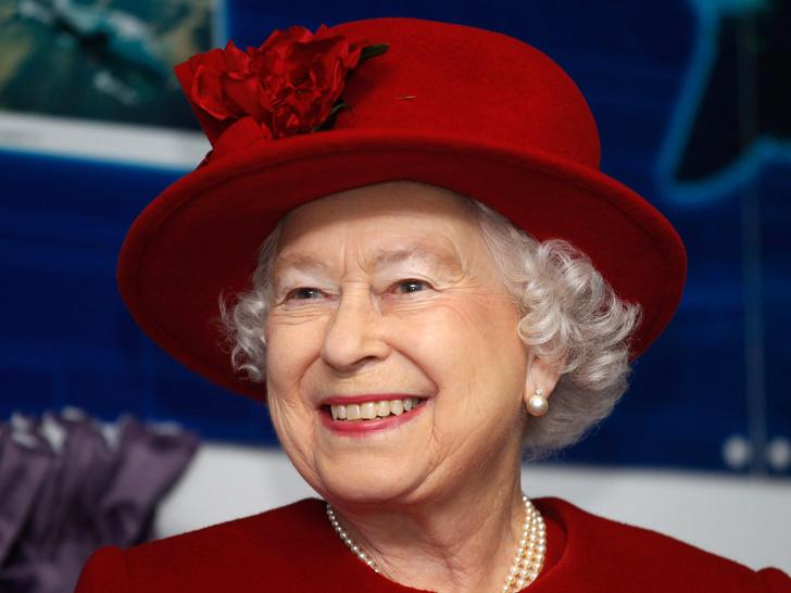Фото №1 - Почему Королева всегда делает макияж сама (кроме одного раза в году)