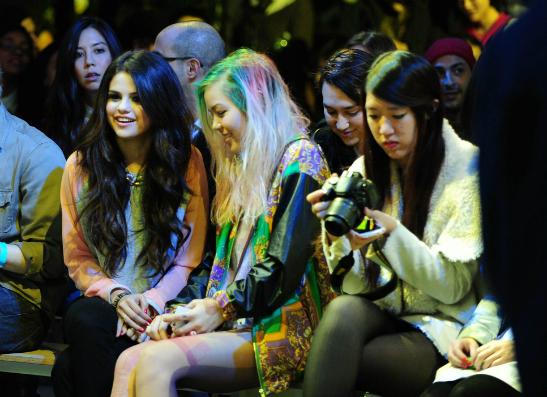 Фото №1 - Тинейджеры всего мира приняли участие в показе adidas NEO label и Селены Гомес