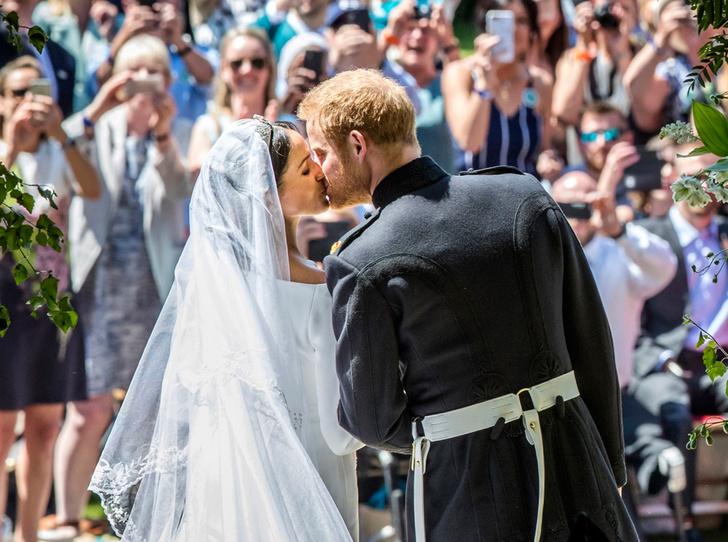 Фото №1 - Самые трогательные моменты королевских свадеб (о Гарри и Меган мы тоже не забыли)
