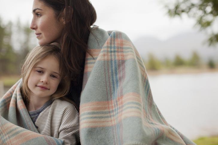 Фото №2 - Она отравляет вам жизнь: как отпустить детскую обиду на родителей