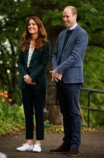 Фото №16 - Клетка, джинсы и костюмы: все наряды герцогини Кейт в туре по Шотландии