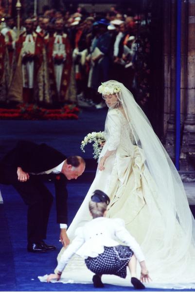 Фото №11 - Самые знаменитые свадебные платья Виндзоров: неудачные, смелые и даже бодипозитивные