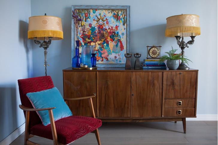 Фрагмент гостиной. Картина «Масленица» самарской художницы Алены Даниловой. Мебель и аксессуары из коллекции хозяйки.