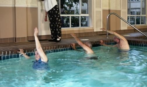 Фото №1 - В каких поликлиниках Петербурга можно лечиться в бассейне