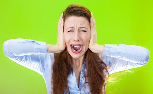 shutterstockЗвуковые колебания частотой ниже 16 Гц не воспринимаются нашим слухом. Но человек, оказавшийся в зоне их распространения, ощущает психический дискомфорт. При высокой мощности этих неслышимых звуков он испытывает беспричинный страх. Особенно опасен инфразвук частотой около 7 Гц: его воздействие может привести к остановке сердца. В работах физиологов было показано, что даже звуки, доступные человеческому слуху, но слишком тихие для того, чтобы восприниматься сознанием, вызывают в мозге характерные реакции, сходные с реакциями на слышимый звук. Это явление называется подпороговым восприятием.