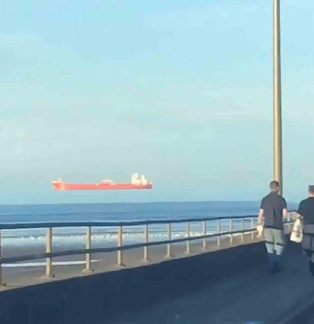Фото №1 - Оптическая иллюзия: судно, плывущее в воздухе (странное видео)