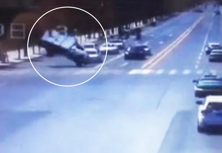 Фото №1 - В Китае резкий порыв ветра завертел на дороге грузовик как юлу (видео)