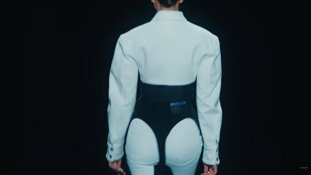 Фото №2 - Как выглядят джинсовые стринги, которые уже выгуляли Ирина Шейк и Белла Хадид