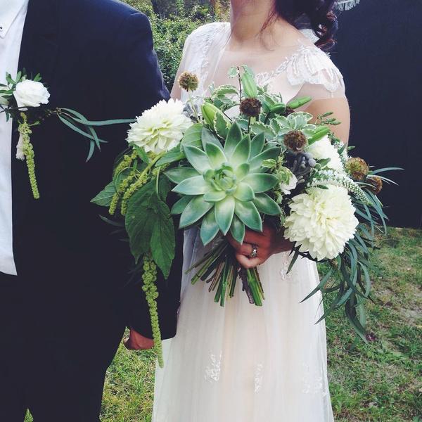 Фото №3 - Бросать или не бросать: топ-9 стильных свадебных букетов, которые вам захочется оставить себе