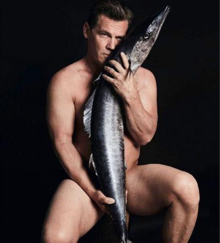 Фото №1 - Голые звезды и много рыбы: что на этот раз защищают селебы?