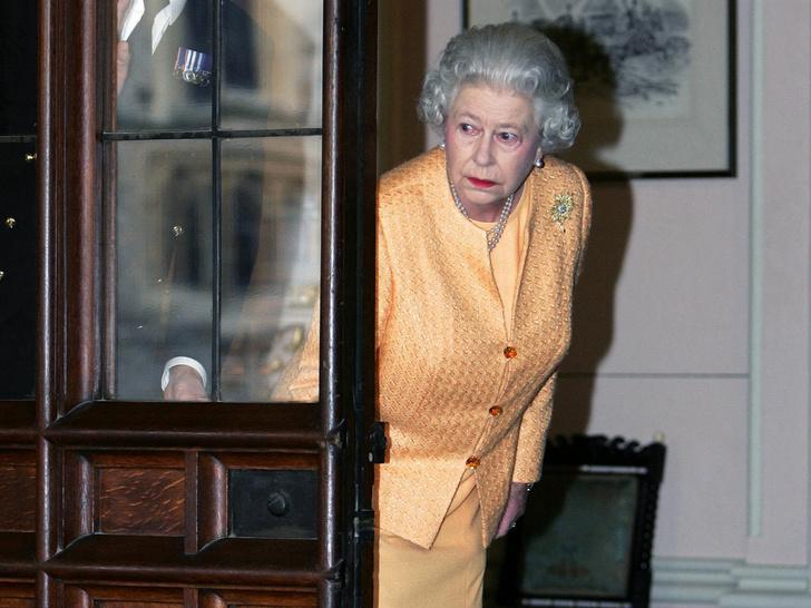 Фото №2 - Почему горничным Елизаветы II запрещено пользоваться пылесосом