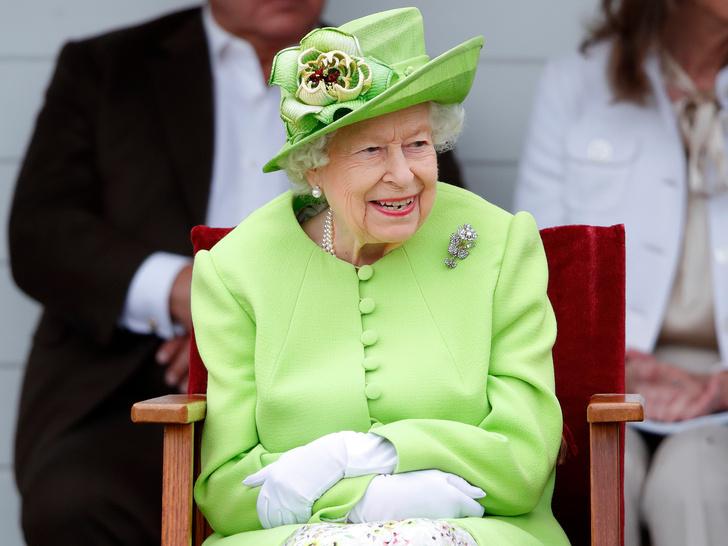 Фото №2 - Новый поворот: зачем Меган и Гарри попросили Королеву о личной встрече (и почему она не спешит с ответом)