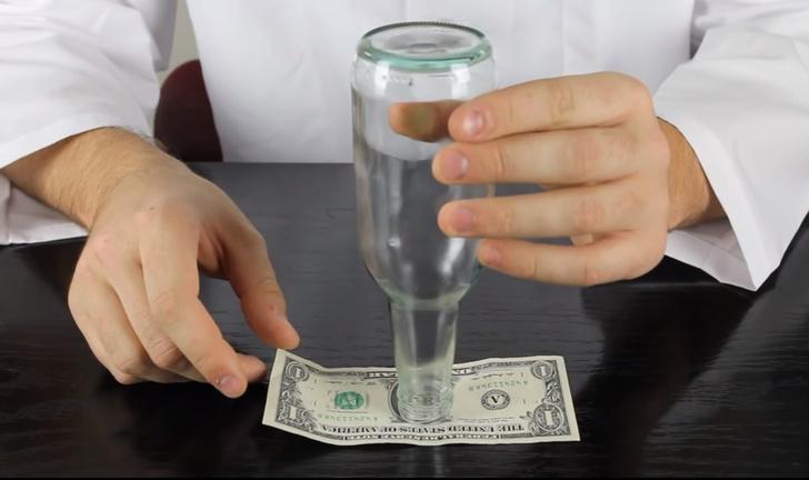 Фото №1 - Несложный трюк с бутылкой и банкнотой