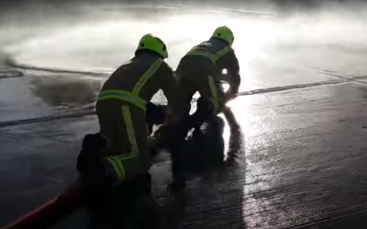 Фото №1 - Как пожарных учат укрощать вышедший из-под контроля шланг (видео)