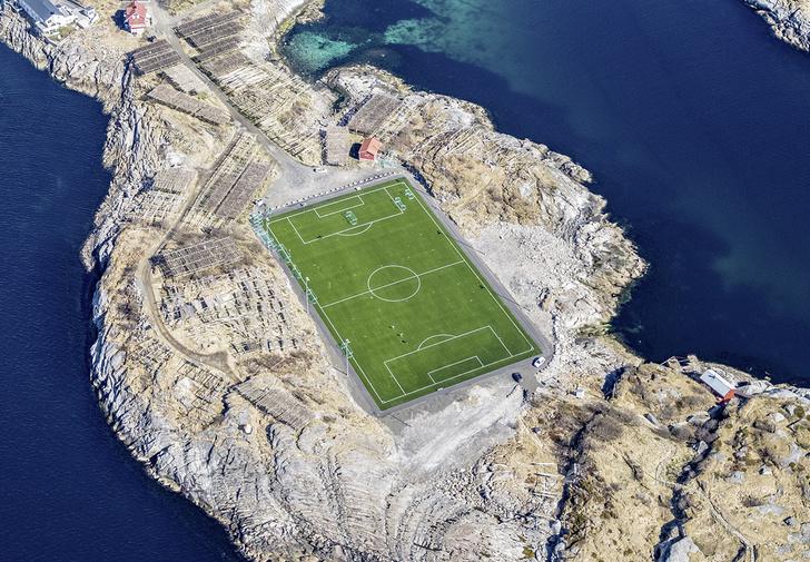 Фото №1 - История одной фотографии: футбольное поле в норвежской деревне Хеннингсвер
