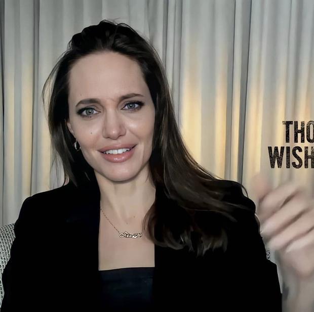 Фото №2 - В черном корсетном платье и с фарфоровой кожей: гламурное появление Анджелины Джоли